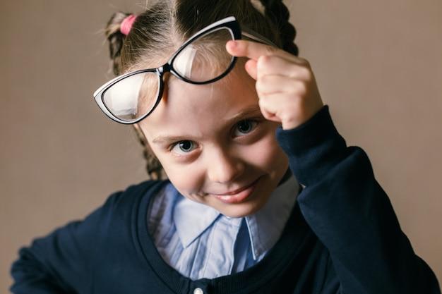 Petite fille portant des lunettes