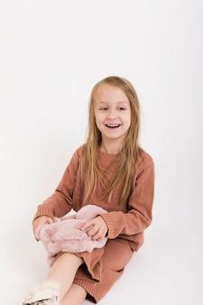 Petite fille portant des vêtements d'hiver