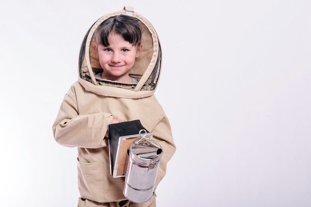 Une petite fille porte un costume d'abeille surdimensionné en studio sur fond blanc.