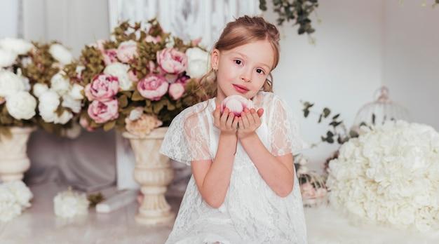 Petite fille, poser, à, fleur