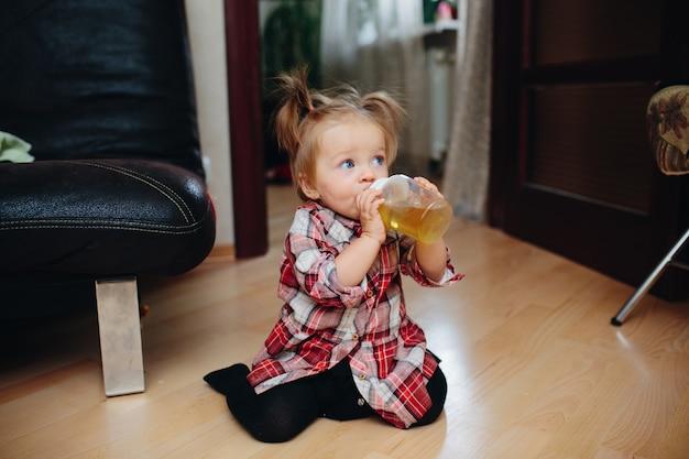 Petite fille potable à partir d'une bouteille