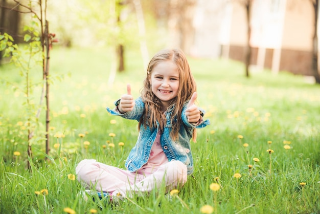 Petite fille préadolescente appréciant les jours d'été