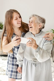 Petite-fille prenant selfie avec grand-mère