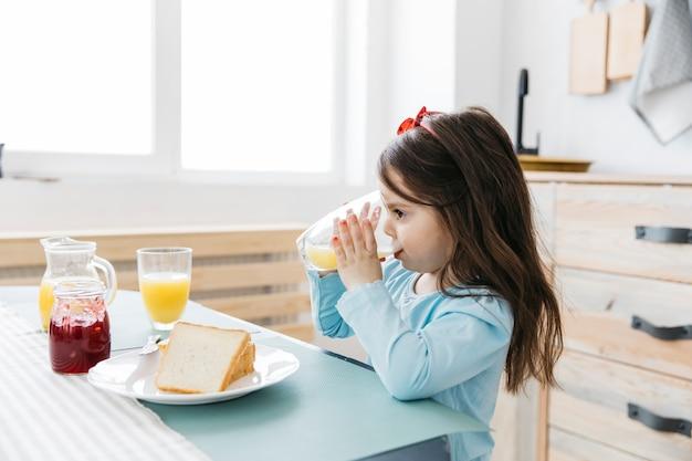 Petite fille prend son petit déjeuner