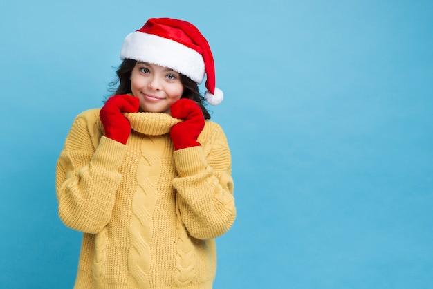 Petite fille préparée pour la saison d'hiver