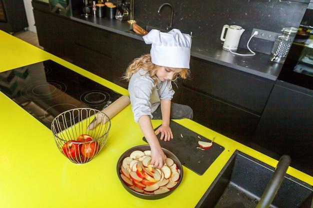 Petite fille, préparer, cuire maison, vacances, tarte pommes, dans, cuisine