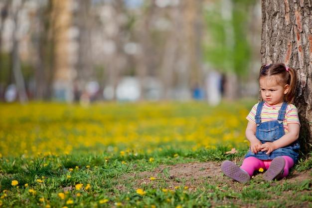 Petite fille près de l'arbre