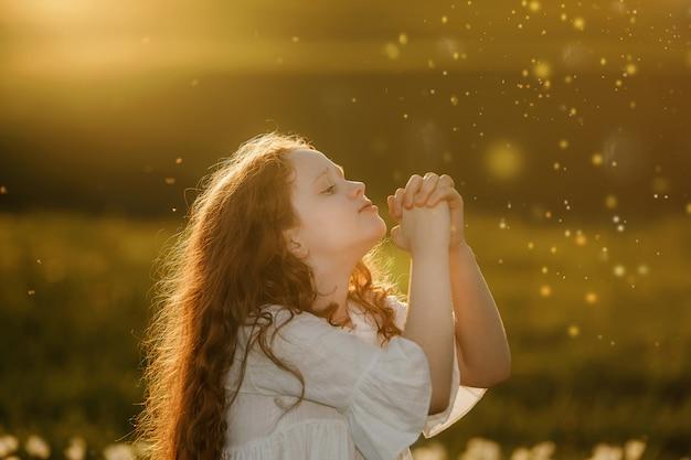 Petite fille à prier paix, espoir, concept de rêves.