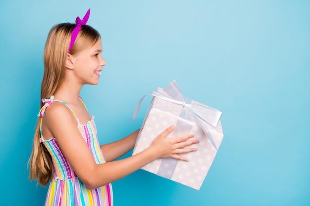 Petite fille profiter de la fête d'anniversaire tenir une grande boîte-cadeau