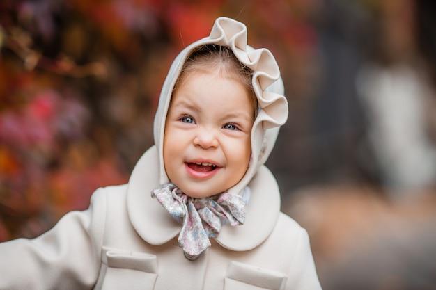 Petite fille sur une promenade dans le parc en automne