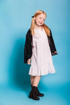 Petite fille avec des queues dans des vêtements élégants