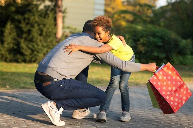 Petite fille qui court dans les bras de son père