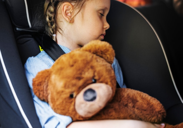 Petite fille qui dort dans la voiture