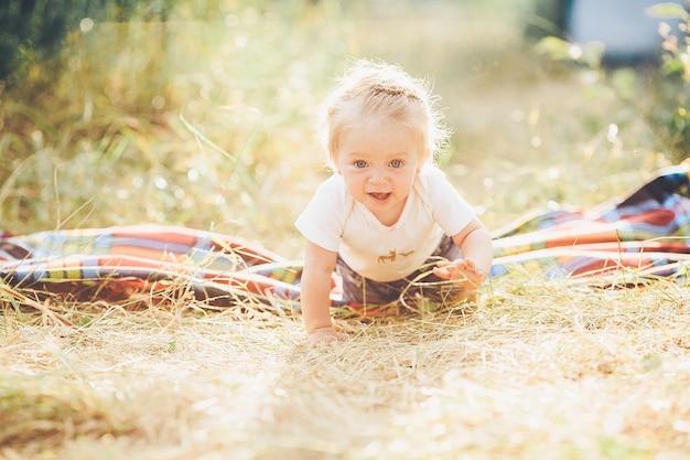 Petite fille rampant sur la pelouse à la ferme