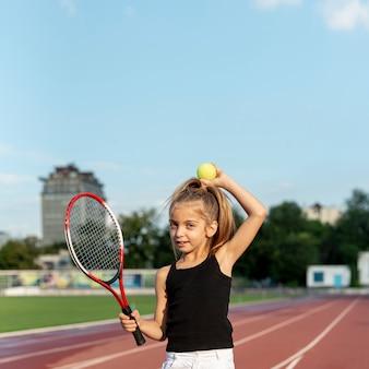 Petite fille avec une raquette de tennis