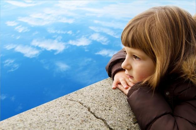 Petite fille regarde l'horizon