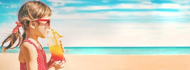 Petite fille reposant sur la mer. mise au point sélective.