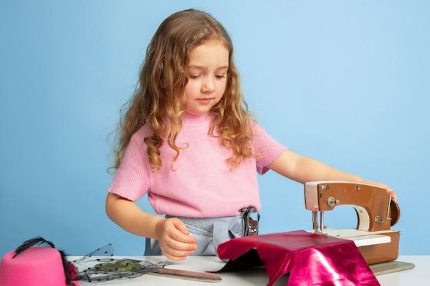 Petite fille rêvant du futur métier de couturière