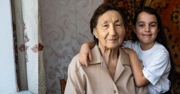 Une petite fille rit avec son arrière-grand-mère