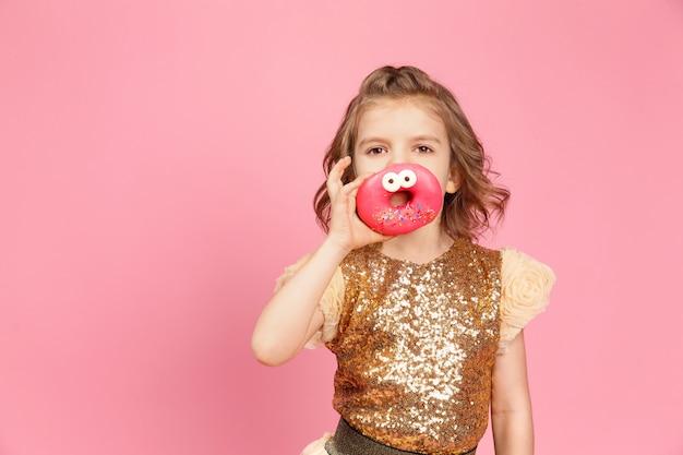 Petite fille en robe à beignets