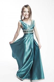 Petite fille en robe bleue projectile
