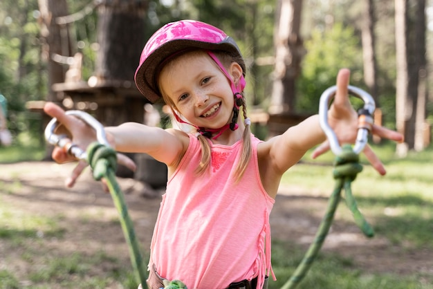 Petite fille s'amusant dans un parc d'aventure