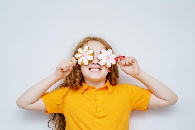 Petite fille s'amuser avec les yeux de marguerite.