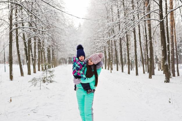 Petite fille et sa maman s'amusant un jour d'hiver.