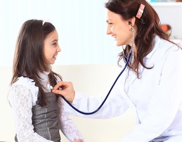 La petite fille avec sa mère jouait chez les médecins.