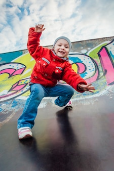 Petite fille sautant d'une colline