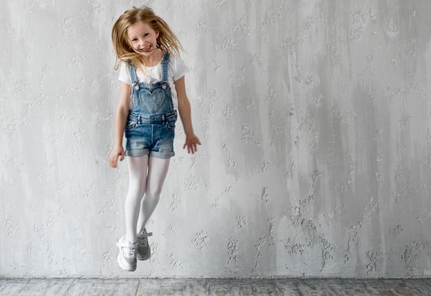 Petite fille sautant