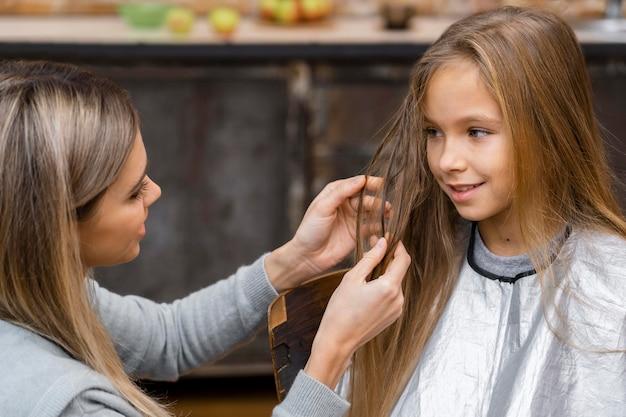 Petite fille se coupe les cheveux