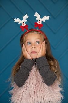 Petite fille se demandant et levant les yeux