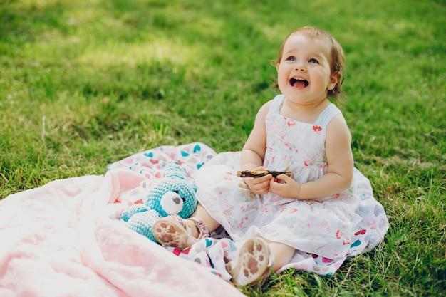 Petite fille se repose dans le parc