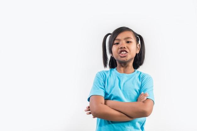 Petite fille se sentir en colère en studio tourné