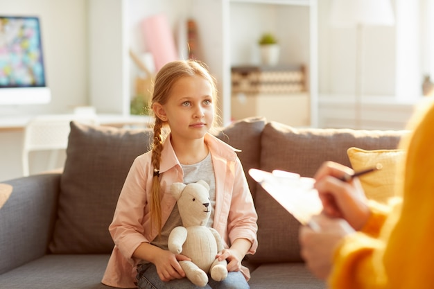 Petite fille en séance de thérapie