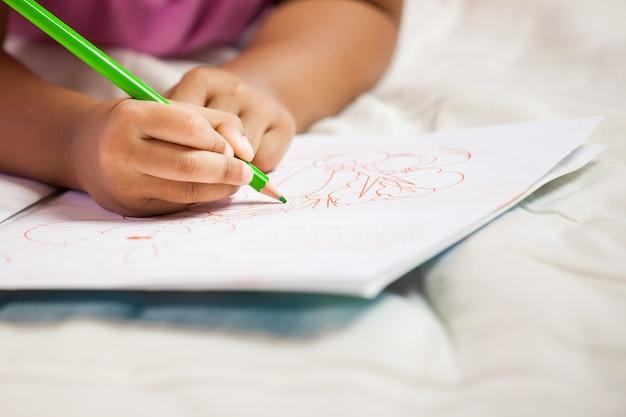 Petite fille avec ses crayons.