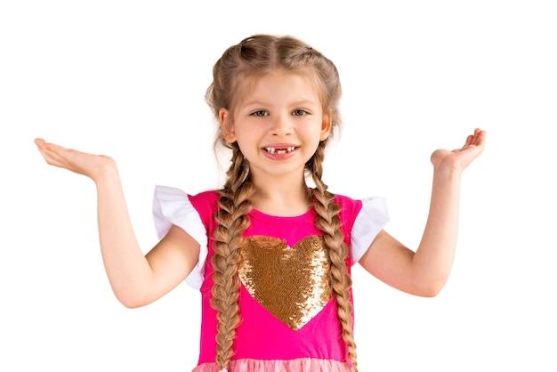 Une petite fille avec ses paumes vers le haut