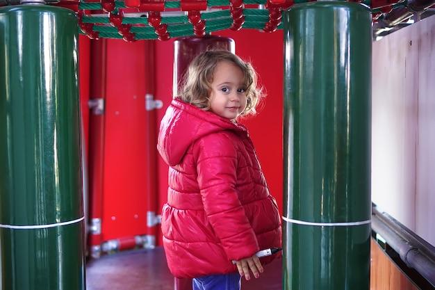 Petite fille sur le showground