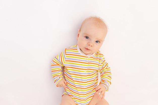 Petite fille de six mois couchée dans un body lumineux