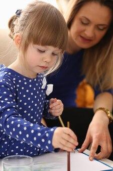Petite Fille Souriante Blonde Tenir Dans La Brosse De Bras Photo Premium
