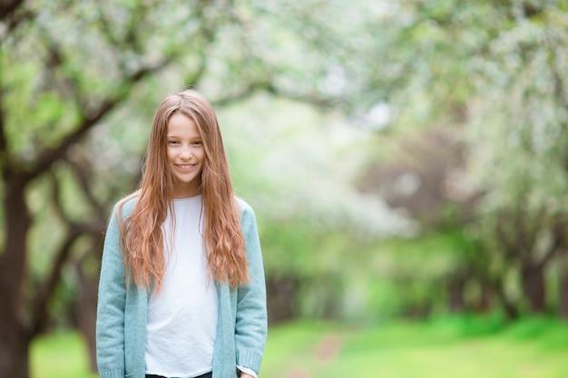 Petite fille souriante jouant dans le parc