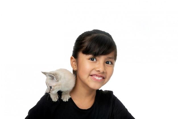Petite fille souriante avec minou blanc
