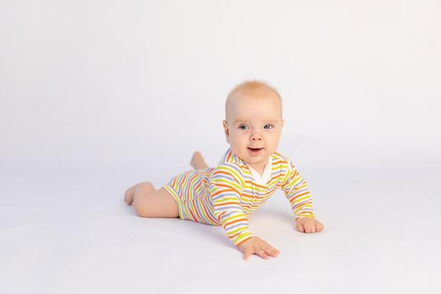 Petite fille souriante de six mois se trouve isolé
