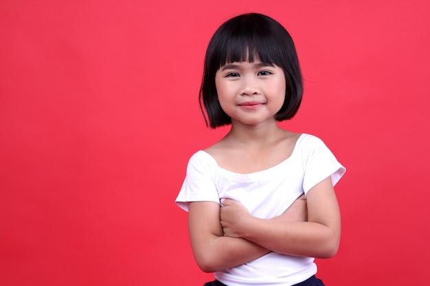 Petite fille sourire joyeusement dans le studio.