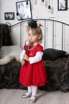 Petite fille avec un style rétro de microphone vintage