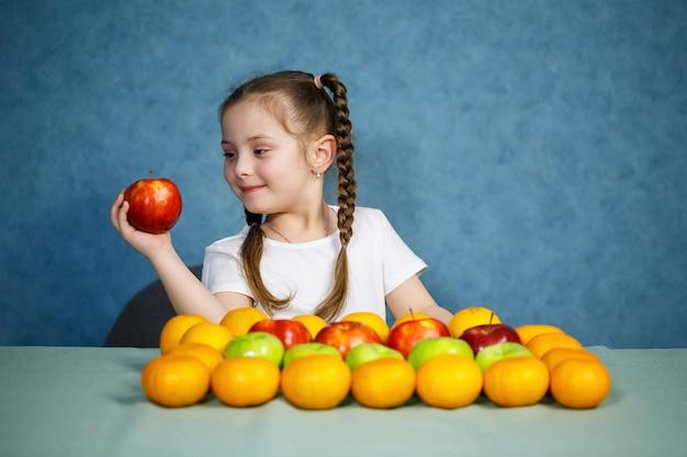 Petite fille en t-shirt blanc fruits d'amour