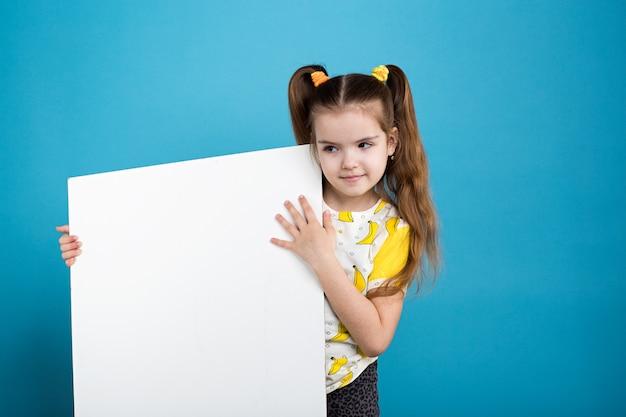 Petite fille avec tableau blanc