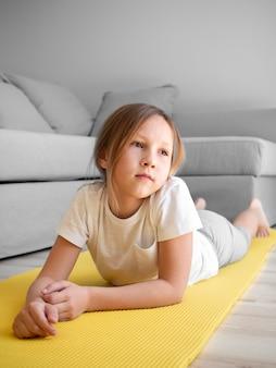 Petite fille sur tapis