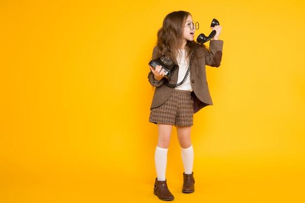 Petite fille avec téléphone